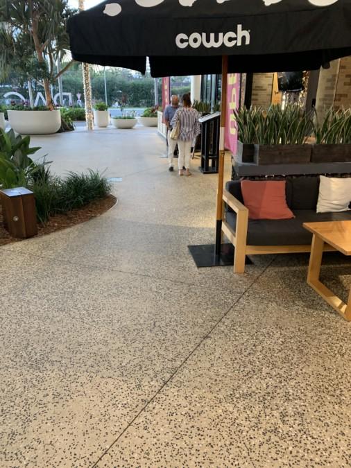 ショッピングモールのポリッシュコンクリート
