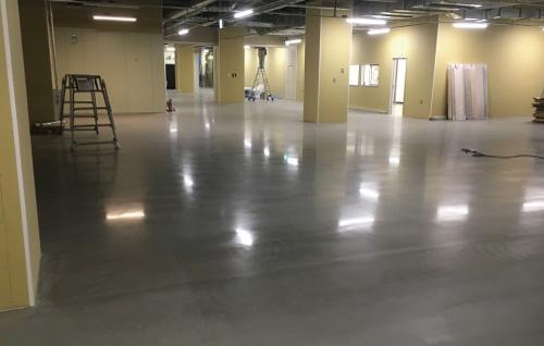 倉庫内のポリッシュコンクリートの床仕上げ